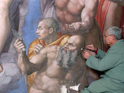 Gianluigi Colalucci, en agosto de 1993 ante uno de los frescos de la Capilla Sixtina.