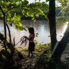 Niñas de la comunidad Cofan, de Avié, en la orilla del río Bermeja, contaminado por la actividad de extracción petrolífera. Los habitantes están en estrecho contacto con la polución.