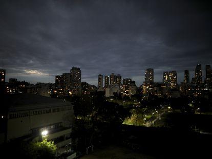 Vista nocturna de la ciudad de Buenos Aires, a finales de junio.