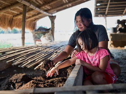 La beneficiaria de un proyecto de medios productivos para superar desastres naturales desarrollado por la AECID en la provincia filipina de Nueva Ecija.