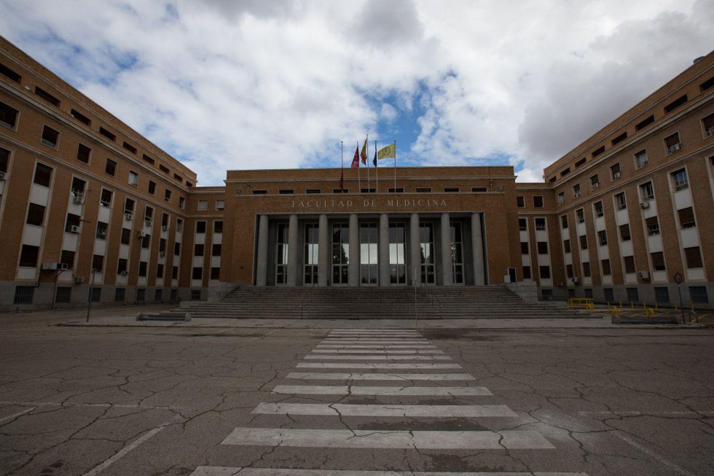 Fachada de la Facultad de Medicina de la Universidad Complutense de Madrid, cerrada por la crisis del coronavirus.