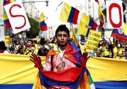 Manifestación en denuncia por la situación en Colombia, en la Puerta de Alcalá en Madrid, el 15 de mayo de 2021.