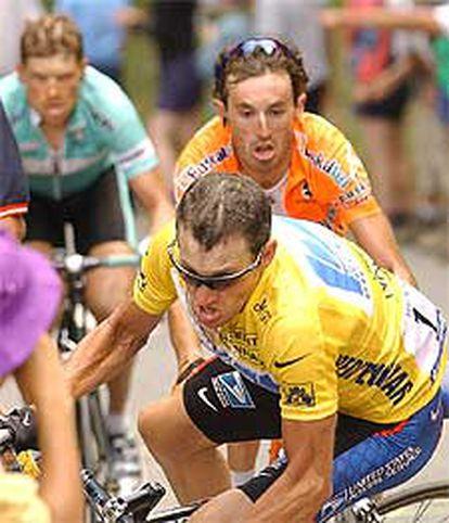 Armstrong, a punto de caerse, con Mayo y Ullrich detrás.