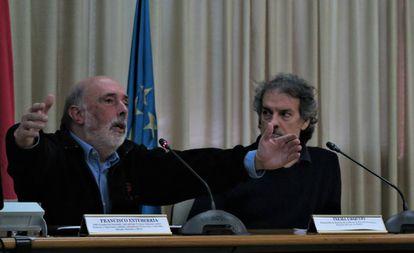 Francisco Etxeberria (izquierda), junto con Txema Urquijo, durante la conferencia.