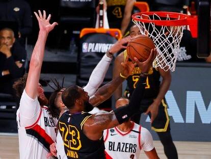 LeBron James en uno de los partidos entre los Lakers y Portland.