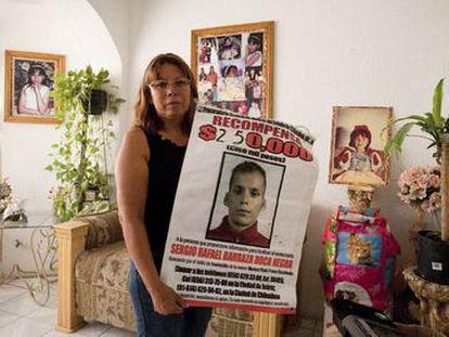 La activista asesinada Marisela Escobedo, con un cartel del presunto responsable de la muerte de su hija.