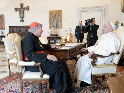 El cardenal Pell, durante su audiencia con el Papa la semana pasada, meses después de haber sido absuelto por delitos de pederastia en Australia.