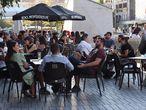 GRAF9905. MADRID, 04/09/2020.- Varias personas disfrutan de una terraza en la Plaza de Felipe II en Madrid. Las comunidades han notificado a Sanidad 10.476 contagios, una cifra que no se había alcanzado desde el inicio de la pandemia y que vuelve a colocar a Madrid, con un 30 por ciento de los nuevos positivos, en el primer puesto en la propagación del coronavirus, por lo que las autoridades de esa comunidad han incrementado las medidas para contener su avance. EFE/ Kiko Huesca
