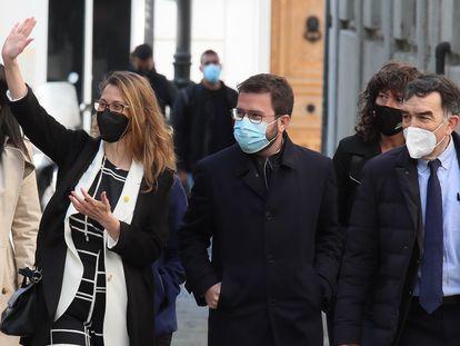 La exconsejera de la Generalitat, Meritxell Serret, saluda al llegar al Tribunal Supremo, este viernes, acompañada por el presidente en funciones de la Generalitat, Pere Aragonès (segundo por la derecha).
