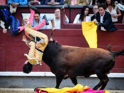 Un instante de la voltereta que Roca Rey sufrió en Las Ventas el 22 de mayo.