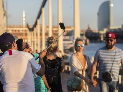 Turistas en la Pasarela del puerto de Barcelona. Joan Sánchez