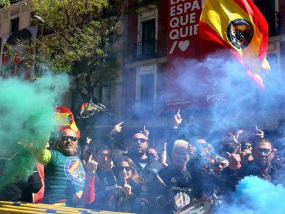 Concentracion de policías y guardias civiles convocada por JUSAPOL por la equiparacion salarial frente a la sede del PSOE, en Madrid.