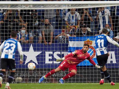 Raúl de Tomás marca, de penalti, el gol del Espanyol ante el Alavés.