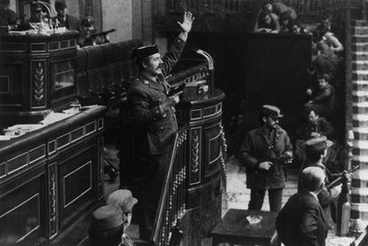 El teniente coronel de la Guardia Civil Antonio Tejero, pistola en mano, en la tribuna del Congreso durante el golpe de Estado del 23-F.