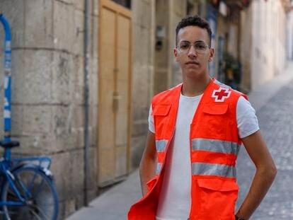 Houssam Lousfi, inmigrante marroquí que cruzó el Estrecho en patera cuando era menor y, tres años después, colabora con Cruz Roja como voluntario en Alicante y ha pedido asilo político por homosexual.