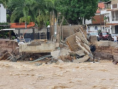 El desbordamiento del río Cuale causó inundaciones y derrumbes en Puerto Vallarta, Jalisco, este domingo.