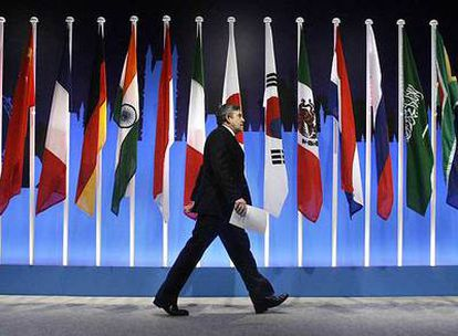 El primer ministro británico, Gordon Brown, pasa ante las banderas de los países que asistieron al G-20.