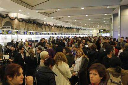 Colas de pasajeros ante los mostradores de Barajas tras la cancelación de vuelos por el conflicto con los controladores.