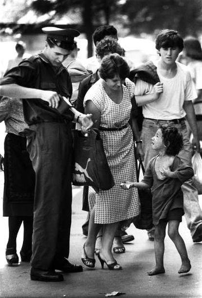 Un militar da una limosna a un niño mendigo en Belgrado.