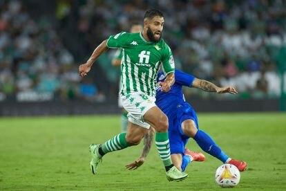 Fekir conduce el balón ante la oposición de un rival del Getafe.
