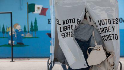 Un hombre vota en las elecciones en Hidalgo para elegir presidentes municipales en octubre de 2020.