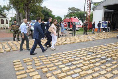 Autoridades bonaerenses frente a marihuana incautada en Pilar en 2015.