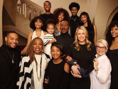 Eddie Murphy, en el centro, junto a sus 10 hijos, su esposa, su madre y su suegra.