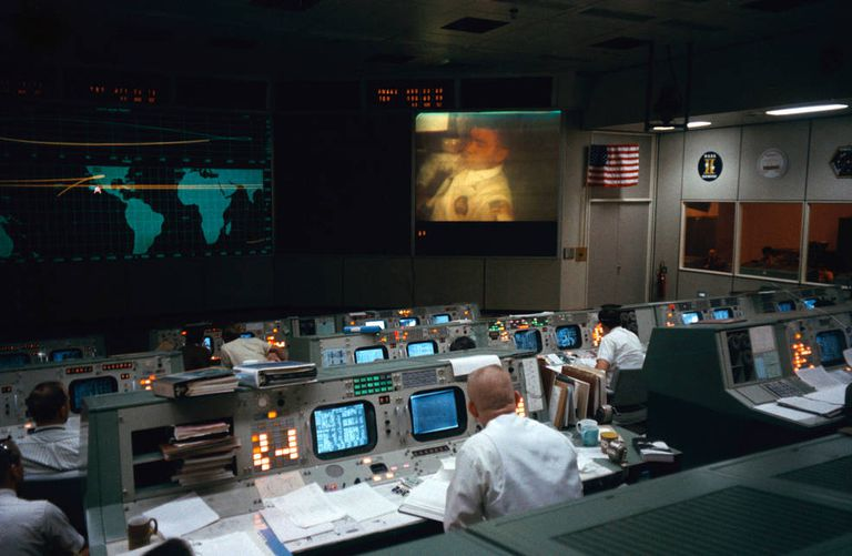 Kranz (en primer plano) mira la transmisión de TV del Día 3 del vuelo desde el Apolo 13.