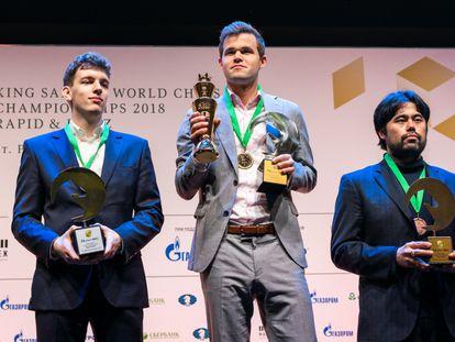 Magnus Carlsen tras recibir la medalla de oro del Mundial relámpago; a la izquierda, Jan Duda, plata; a la derecha, Hikaru Nakamura, bronce