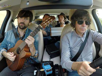 David Otero junto a otros músicos tocando dentro del Jaguar SUV.
