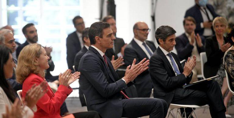 Pedro Sánchez, durante la presentación de la agenda España Digital 2025. A su izquierda, el presidente de Telefónica,  José María Álvarez Pallete, y detrás, el de Vodafone, Antonio Coimbra.