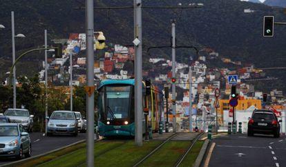 El tranvía que une Santa Cruz y La Laguna, en Tenerife.