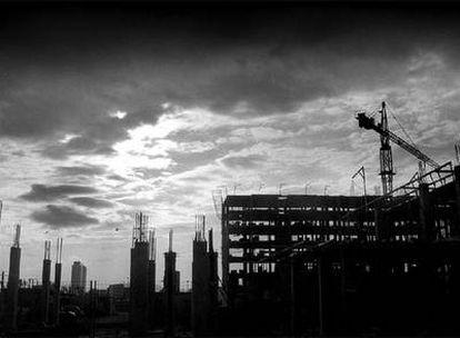 El parón de promociones, un signo de la crisis inmobiliaria, se extiende por  España.