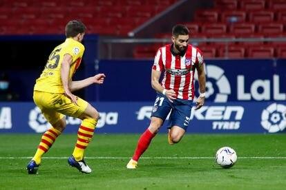 Carrasco trata de marcharse de Lenglet durante el último Atlético-Barcelona disputado en el Wanda Metropolitano. / (AFP)