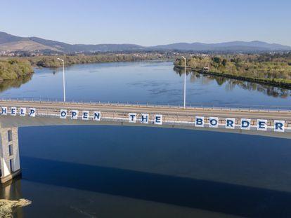 """Letrero con el lema """"Unión Europea, ayuda, abre la frontera"""", colocado por los ayuntamientos del Miño en el puente fronterizo de La Amistad, entre Salvaterra y Monçao."""