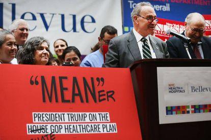 El líder de la minoría en el Senado Chuck Schumer, la semana pasada en el Bellevue Hospital.