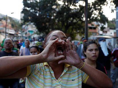 Vecinos de Caracas protestan contra las fuerzas de seguridad. En vídeo, Maduro anuncia una revisión de las relaciones diplomáticas con Estados Unidos.