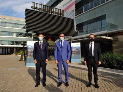 Alexander de Croo, primer ministro de Bélgica, Pedro Sanchez, presidente del Gobierno de España, y Marc Murtra, Presidente de Indra, ante un Radar RTL20 de Indra.