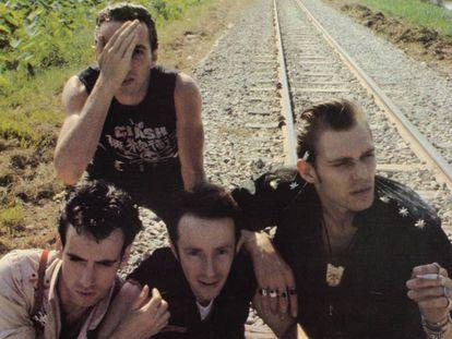 Joe Strummer (tapándose la cara) estaba tan quemado que se desentendió del último disco de los Clash.