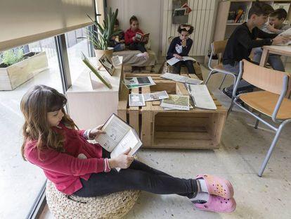 Una alumna lee en una escuela de Barcelona.