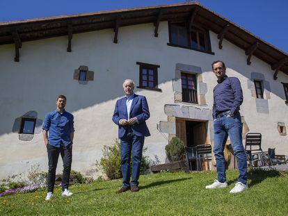Alonso, Del Bosque y Joseba Etxeberria, el pasado martes enfrente del caserío Arteaga, en Mondragón. / JAVIER HERNÁNDEZ