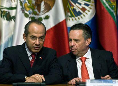 El presidente de México, Felipe Calderón, (izquierda) y el ya ex fiscal general del Estado, Eduardo Medina, (derecha) en una foto de archivo de octubre de 2008.
