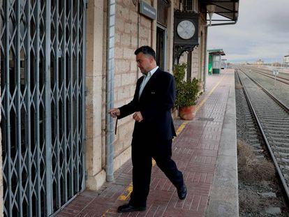 El responsable de la estación de tren de Santa Eulalia (Teruel) abre la sada donde se venden los billetes