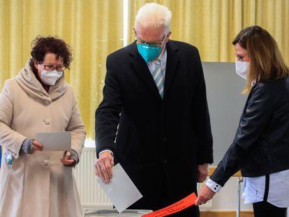 El líder de los Verdes, Winfried Kretschmann (centro), ejerce su derecho al voto este domingo en Sigmaringen.