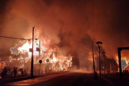 La Municipalidad de Panguipulli, incendiada esta madrugada en protesta por la muerte a tiros de un malabarista.