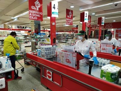 Varias personas trabajan en un supermercado de Sevilla, el pasado 10 de febrero.