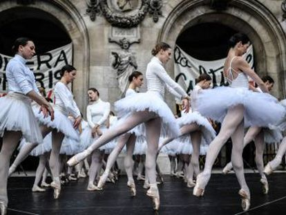 Aunque los bailarines y los músicos de la institución siguen en huelga para mantener sus pensiones, algunos de ellos ofrecieron un pequeño espectáculo ante las puertas del histórico edificio