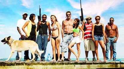 John McAfee (en el centro, sin camiseta) en la imagen promocional del documental sobre su vida disponible en Netflix.