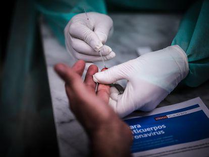 Personal del Ministerio de Salud realiza un test para coronavirus en la estación ferroviaria de Constitución, en Buenos Aires (Argentina).