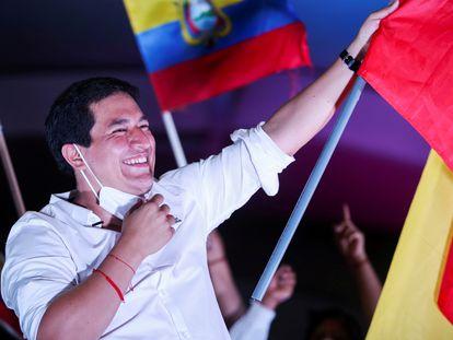 El candidato a la presidencia de Ecuador Andrés Arauz saluda en el cierre de campaña en Quito, el 8 de abril de 2021.